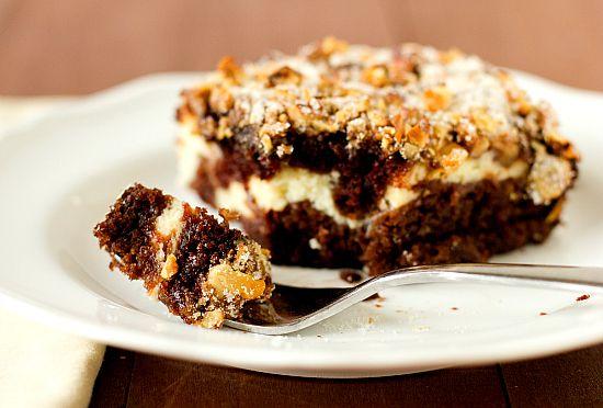 Σοκολατένιο+κέϊκ+με+κρέμα+τυριού+και+καραμελωμένα+τραγανά+καρύδια
