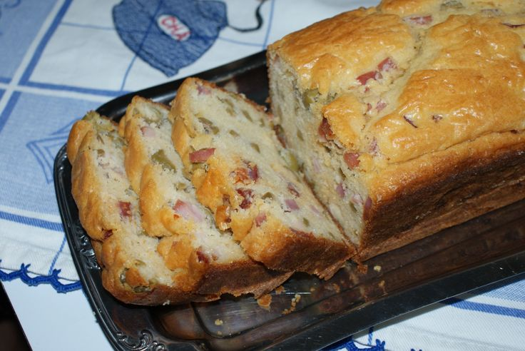 Bôla | Cake with ham and green olives