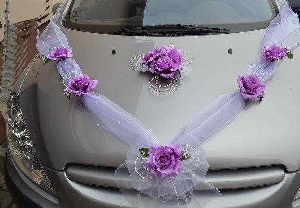 krásná dekorace na svatební auto
