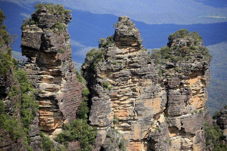 Недалеко от Сиднея расположена одна из самых известных достопримечательностей Нового Южного Уэльса, имеющая название Три Сестры. Этот удивительный природный памятник, возвышаясь над долиной Джеймисон, представляет собой скальные образования, которые сформировались в результате выветривания, происходившего в течение тысячелетий.