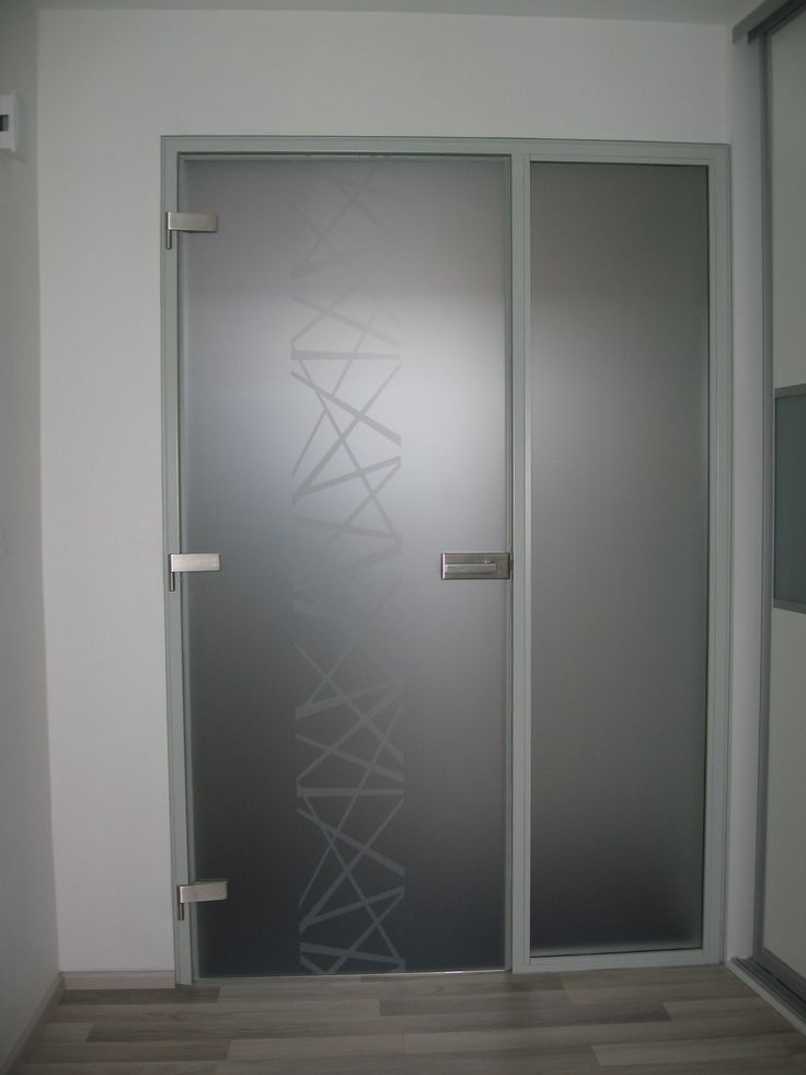 Celoskleněné dveře, boční světlík. Realizace v Brně.