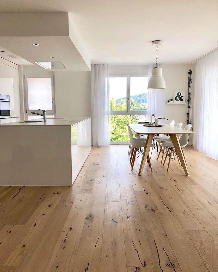Ein Wunderschon Schlicht Modernes Ambiente Eine Stilvoll Dezente Kuche Und Eine Sehr Designorientie Kuche Holzboden Haus Innenarchitektur Wohnzimmer Boden