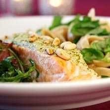 Всього запечений лосось з соусом песто і кедровими горішками