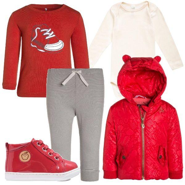 Per questo outfit. bodino tinta neutra, leggings rigati grigi, maglia rossa con disegno di una scarpina, giacca invernale rossa con cappuccio e orecchiette, scarpine primi passi rosse in vernice.
