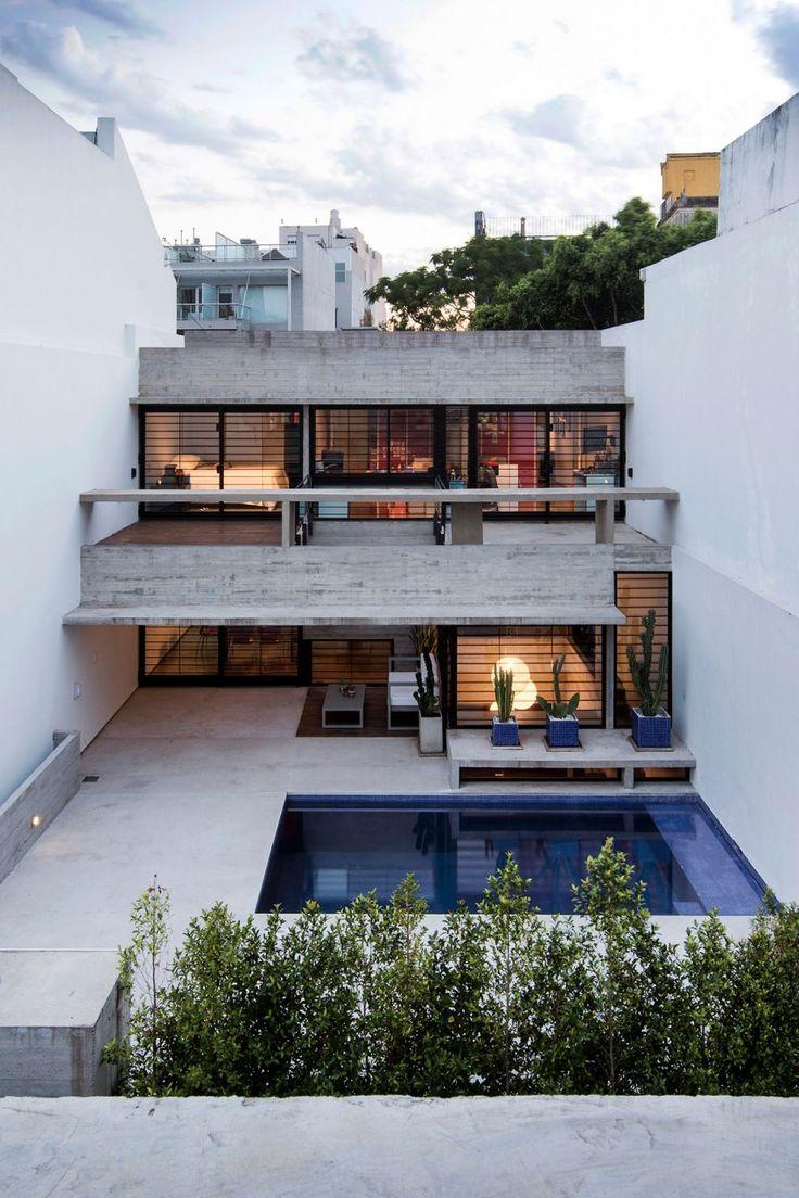 Inserir duas residências em um único terreno urbano e estreito - este foi o desafio de projeto das assim chamadas 2 Casas Conesa, em Buenos Aires