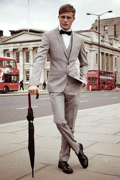 クラシックな淡いグレーのスーツには暗めの蝶ネクタイで引き締めて。20代男性におすすめしたいスーツベスト。