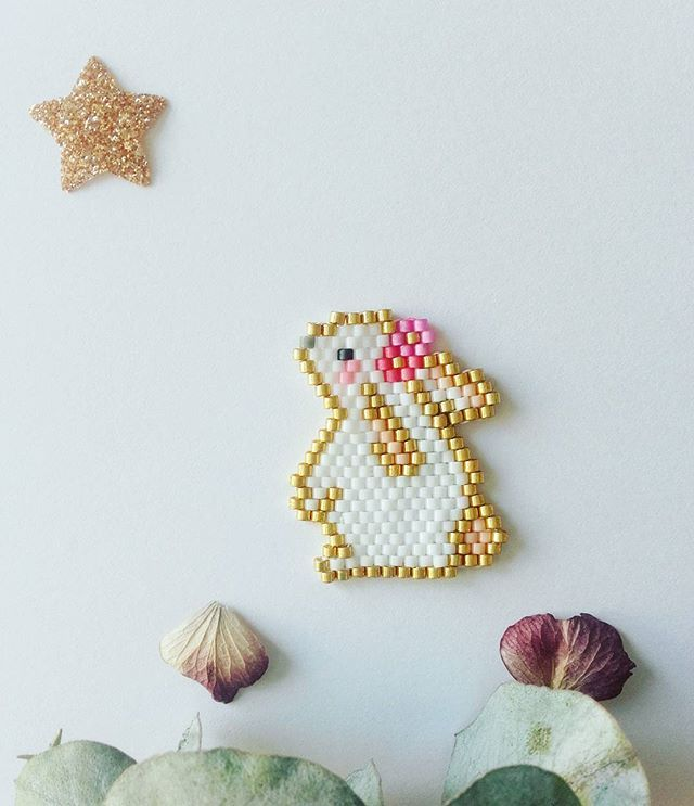 Voici Lapinette  la copine de  ! Et ses petites fleurs ... je l adore et vous ? Sinon toujours dans les crobes ici ! Bon samedi !!! #jenfiledesperlesetjassume #miyuki #perlesandco #perlesaddict #brickstitch #lapin #zucoulisses #zü #rabbit #broche #diy #bunny #tissage #instaphoto #lili_azalee #motifliliazalee