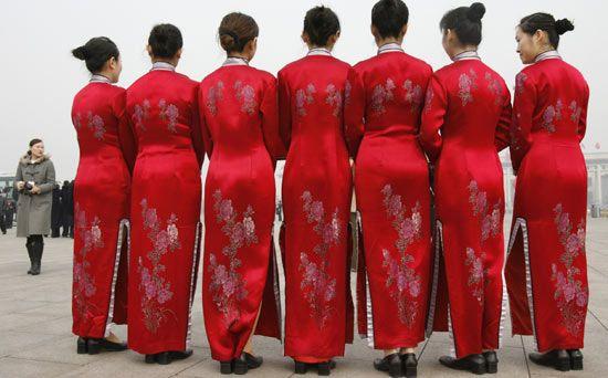 #RED | #ROSSO #CINA Hostess cinesi in abiti tradizionali attendono i delegati dell'Assemblea Nazionale del Popolo, all'ingresso del Grande Sala del Popolo a #Pechino (Reuters)
