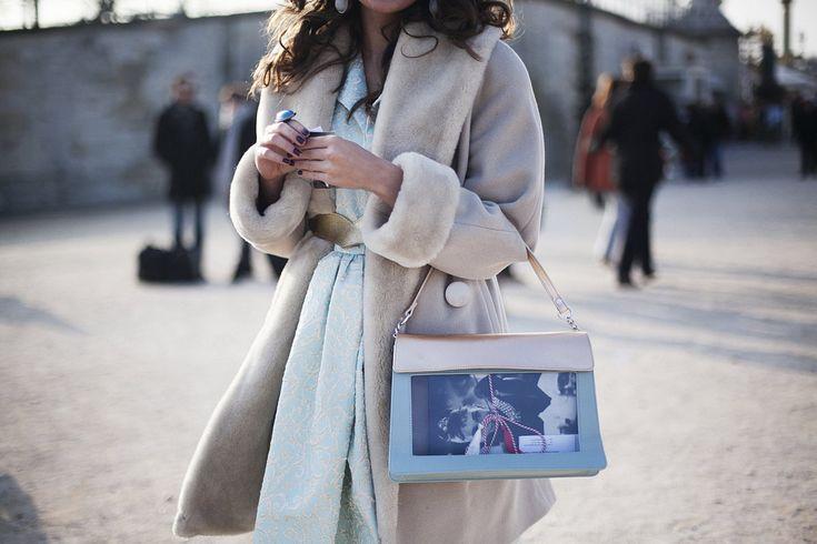 Fotos de street style en Paris Fashion Week ...Sweet Paprika dress, Bookletta bag, Audrey Hepburn notebook & The romanian symbol of Spring: MARTISOR in Vogue.es