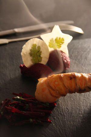 Houmous de betterave, fines feuilles croustillantes à la coriandre & langoustines juste saisies, jus de betterave émulsionné