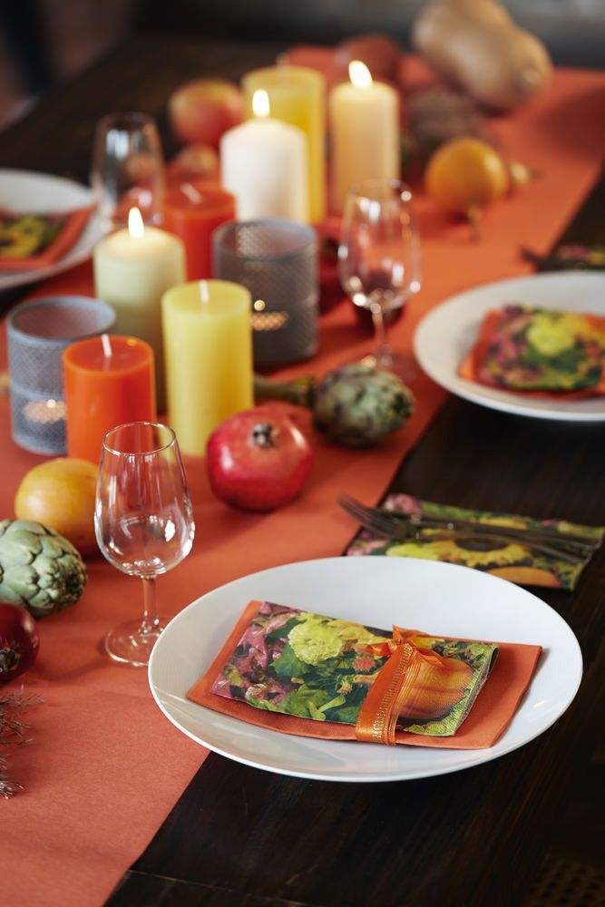 Warm colors for the autumn table, napkins, table runners and candles in yellow and orange