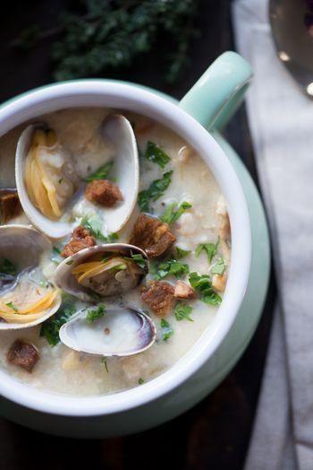 生クリームやミルクで仕上げたニューイングランド風クラムチャウダーは、体の芯まで温めてくれる、コク深くまろやかなスープ。アサリと同じくらい大事なのがベーコン。カリカリに炒めて脂を出し、その脂で野菜を炒めます。
