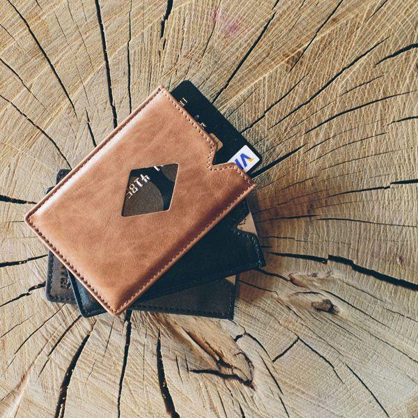 CITY este noul portofel superslim din piele, de la Exentri. Portofelul dispune de 3 buzunare în care puteţi introduce carduri, bancnote sau chitanţe si este dotat cu un sistem de acces rapid, care vă permite să aveţi întotdeauna la îndemână cardul cel mai des folosit.  Exentri este o companie norvegiană, cu o tradiţie de peste 20 de ani in domeniul accesoriilor fashion.  Toate portofelele Exentri vin ambalate în cutii elegante şi sunt ideale pentru a fi oferite cadou.