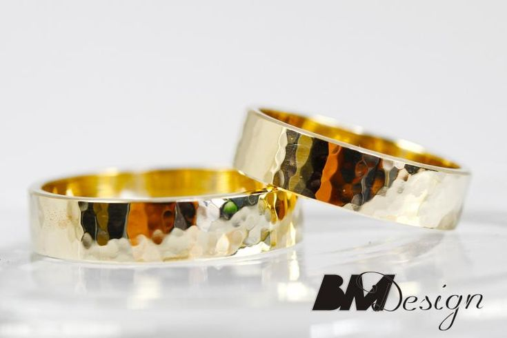 Obrączki śluben młotkowane nowoczesne z żółtego złota płaskie niepowtarzalne unikatowe BM Design. #obraczkislubne #obrączki #Rzeszów #diamenty #Carbon #pierśconki #złotnik #Jubiler #naprawa #nazamówienie BM Design!
