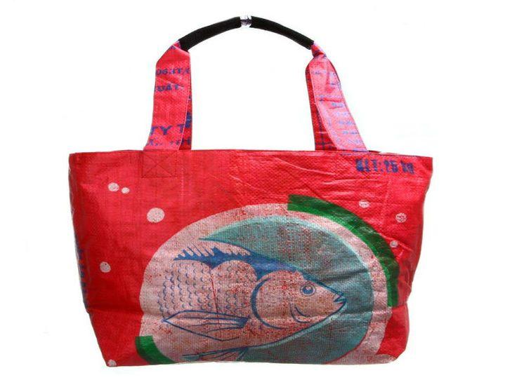 Diversos modelos das sacolas de compra são feitas por artesões cambojianos de materiais que iriam para o lixo: sacos de arroz utilizados nas fazendas de arroz e criação de peixes locais
