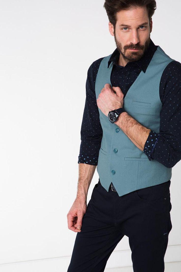 Klasik tarzı ve şık tasarımı ile basic pantolonlarınızla kombinleyerek trend görünebileceğiniz Defacto erkek yelek.