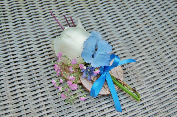 Bruidegomcorsage met witte roos, roze gipskruid en blauwe hortensia. www.meesterlijkgroen.nl