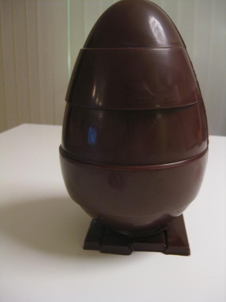læg en lille klat chokolade på bunden og sæt ægget fast.