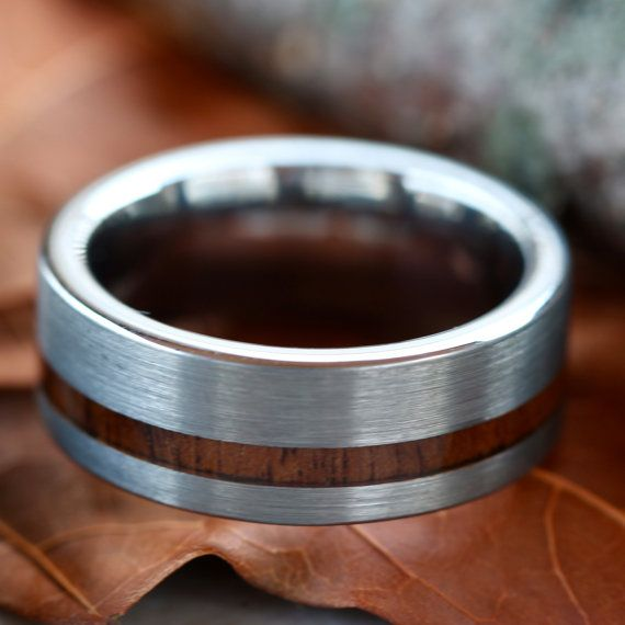 Anneau de tungstène avec incrustation de bois par KingswayJewelry