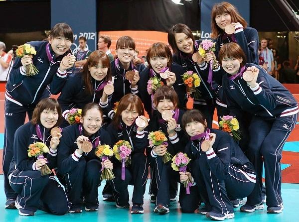ロンドン五輪・バレーボール女子の表彰式で、銅メダルを胸に笑顔の日本チーム