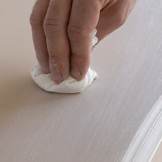 LA PATINE AU JUS DE PEINTURE Peinture acrylique à essuyer effet chaulé gris colombe (Libéron). Pour garder le fond visible. Diluer la peinture = 1/3 litre d'eau (ou white-spirit) pour 1 l de peinture. Le mélange doit être assez liquide. Si vous ne voyez pas assez les veines par transparence, ajouter eau ou white-spirit. Appliquez 1 ou 2 couches avec un pinceau plat en peignant dans le sens des veines du bois. Une fois la peinture sèche, appliquer un vernis mat ou traiter à l'huile de lin.