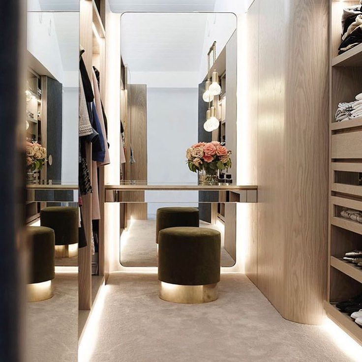 Love this sleek and sophisticated walk in wardrobe 👏🏻