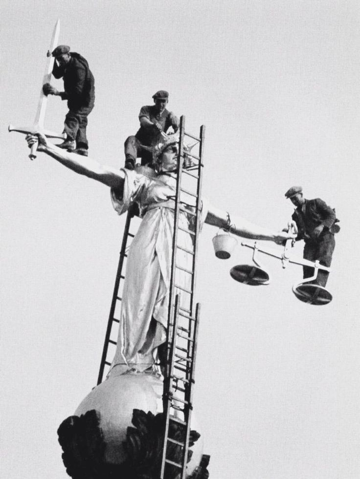 Not the East End, but a stunning photo nonetheless - men clean the statue of Justice above the Old Bailey #eastend