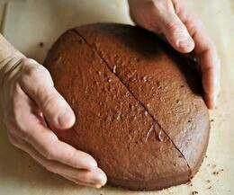 Pastel de futbol americano cortando pastel redondo