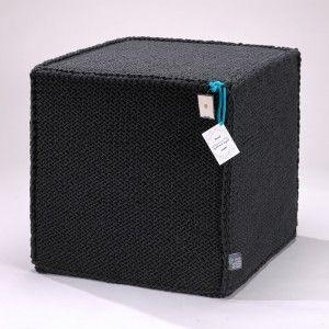 Grafitowy szydełkowy puf Beauty Cube 50 cm - We Love Beds