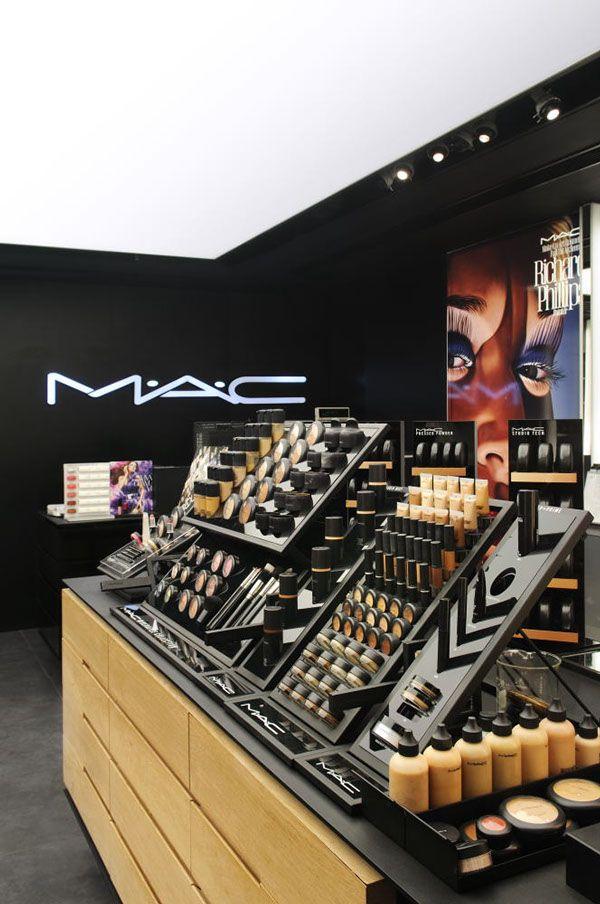 De Mac store is een winkel maar het merk Mac is een hele goede maar dure make up merk net zoals Chanel Dior daar lijkt het een beetje op