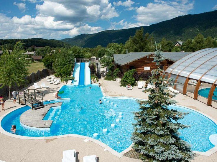 L'espace baignade du Yelloh! Village Au Joyeux Réveil est disponible toute la saison grâce à sa piscine couverte.