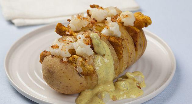 Hasselback aardappel met bloemkool en kip in currysaus. Verwarm de oven voor op 200°C hete lucht (of 220°C bij boven- en onderwarmte). Snijd de aardappel dwars in fijne schijfjes, maar net niet helemaal tot beneden. Er ontstaat een soort waaier die onderaan vasthangt en tijdens het bakken opengaat. Leg de aardappel op een bakplaat met bakpapier of in een ovenschotel en druppel er …