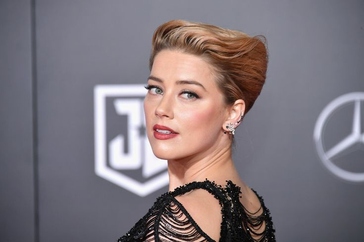"""Amber Heard Photos - Actor Amber Heard attends the premiere of Warner Bros. Pictures' """"Justice League"""" at Dolby Theatre on November 13, 2017 in Hollywood, California. - Premiere Of Warner Bros. Pictures' 'Justice League' - Arrivals"""