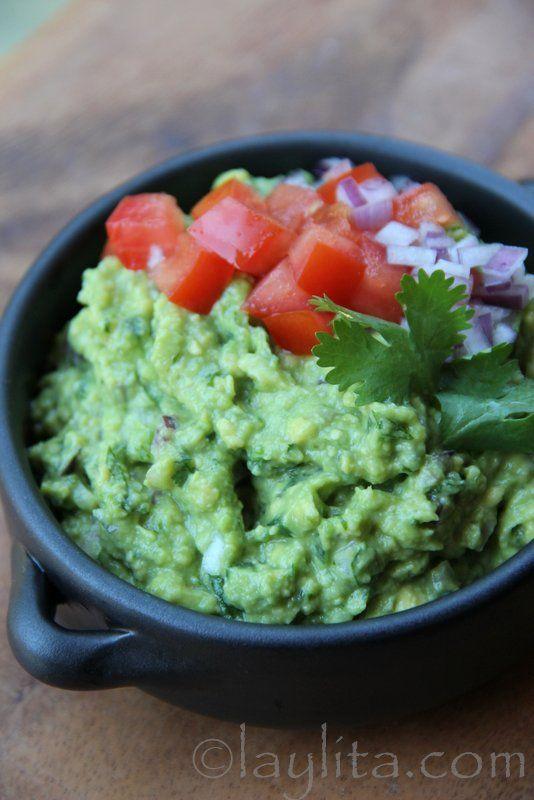 Receta fácil de guacamole preparada con aguacate, cebolla, chiles serranos, ajo, cilantro y limón.