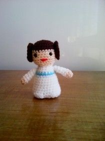 Free crochet - Princess Leia and other Star Wars characters amigurumi.  Pattern in Spanish.