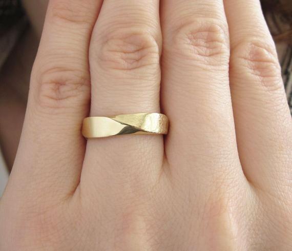 18k Mens Wedding Ring Mobius Wedding Band Mobius Ring In 18k Etsy Wedding Ring Bands Men S Wedding Ring Yellow Gold Wedding Band