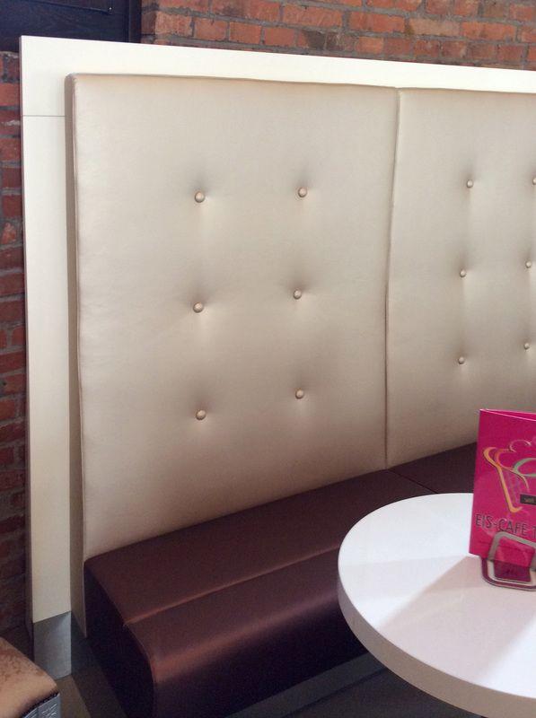 Le sedute, in parte progettate appositamente per questo locale, come i grandi divani imbottiti e rifiniti in ecopelle, le sedie in stile Luigi 14° rivestite in tessuto damascato mentre e i pouf che presentano un motivo floreale, creano un ambiente accogliente dal gusto classico e moderno nello stesso tempo. La gelateria nella Torre dell'Acqua - ZAMBON FRIGOTECNICA