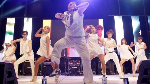 South Korean rapper Psy has reached No 1 in the UK with Gangnam Style