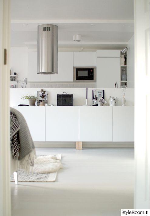 """""""hanna-pisaroita""""n keittiössä kaapit tuunattiin sohvanjaloilla korkeuden lisäämiseksi. #styleroom #inspiroivakoti #keittio #diy"""