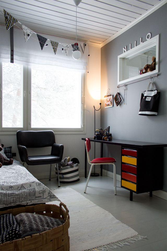 Lastenhuone, työpöytä, nojatuoli, retro. Kid's room, desk, armchair, retro.