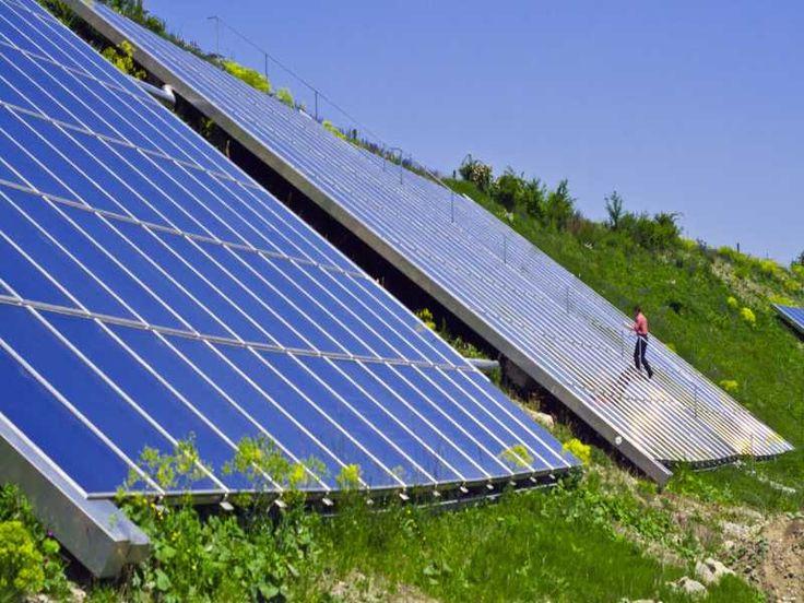 """""""Sonne fürs Lernen und Wohnen speichern"""" Auf einem Wall wurden großflächige Kollektoren für die Nahwärmeversorgung eines ehemaligen Kasernengeländes in Crailsheim installiert. #Crailsheim #Nahwärme #Solarthermie #Solar #Sonne #Kollektor #Wärmespeicher #Erdwärme #Sonnenenergie @solergylabel © Anna Durst, BINE Informationsdienst"""