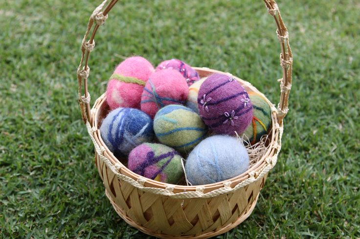Blog post at Waldorf Moms :  Wet felted Easter eggs is a fun and easy project to do with your kids--or group of moms for Easter. Each year for our Waldorfaire, the 2n[..]