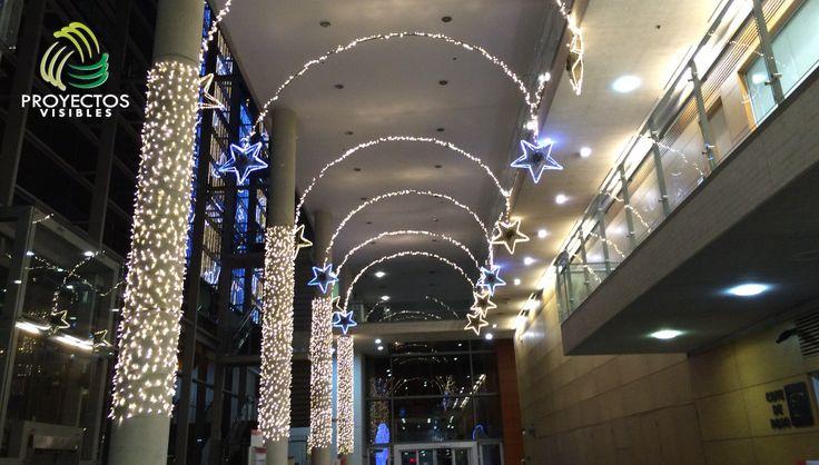 Iluminación de columnas con manguera led y estrellas color azul.
