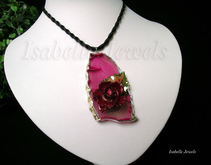 ❀ Collana realizzata con una rosellina ed una fogliolina, selezionate e vetrificate, disposte su agata rosa.   Isabellejewels.com #necklace #agate #slice #leaf #leaves #sterling #silver #925 #flowers #fiori #spring #gioielli #jewelry #jewellery #nature #natura #arts #arte #artistic #art #designer #leaf #leaves #artist #fashion #look #artwork #design #creative #artigianato #handmade #nice #pretty #italia #italy