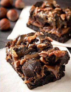 - 180g de chocolat pâtissier - 180g de beurre - 180g de sucre - 90g de farine - 3 œufs - 16 caramels au beurre salé - 130g de noix - Quelques noisettes