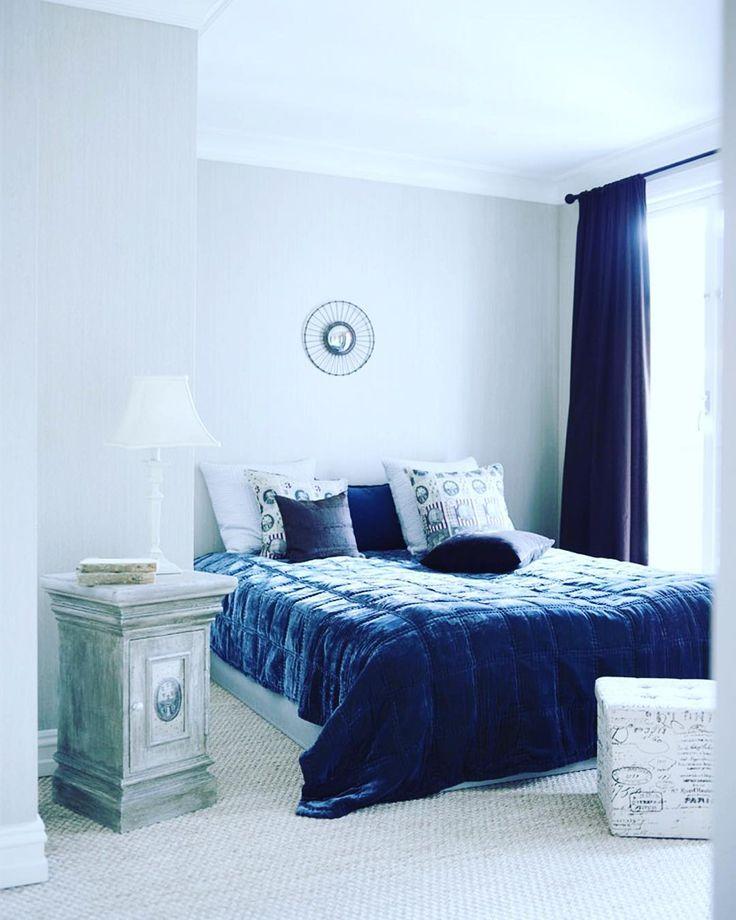 God mandag! Ønsker uken velkommen med et enkelt og vakkert soverom i en leilighet på Frogner som nylig var på trykk i #maisoninterior #soverom #bedroom #blue #blått #blå #interior #interiør #interiordesign #interiørdesign #style #classic #instahome #levvakkert Foto: Sveinung Bråthen