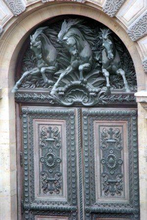 La porte des écuries.Palais du Louvre