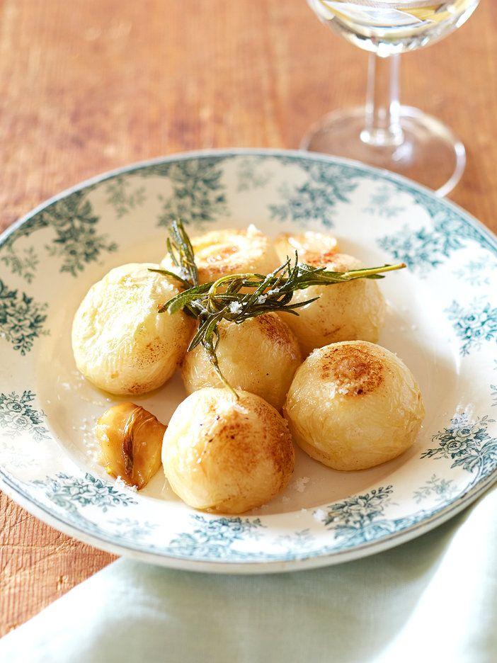 火の通りやすいかぶを、ローズマリーやにんにくと一緒に丸ごと揚げてしまおう。ハーブの風味豊かなフライは、口に含むとジューシーでとろけるように柔らかな口当たり。|『ELLE a table』はおしゃれで簡単なレシピが満載!