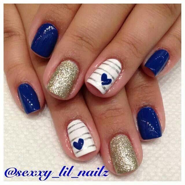 Diseño de uñas, azul, dorado, líneas y corazones