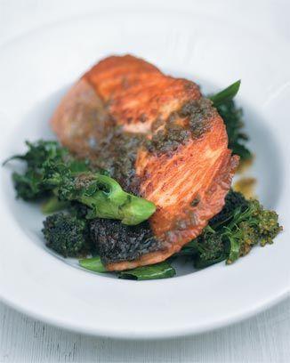 In de pan gebakken zalm  met paarse broccoli en een saus van ansjovis en rozemarijn